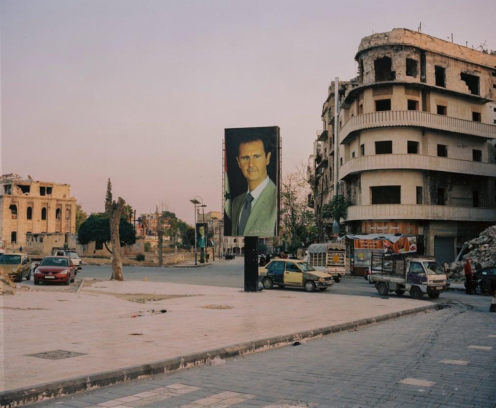 صور الأسد تزين الدمار