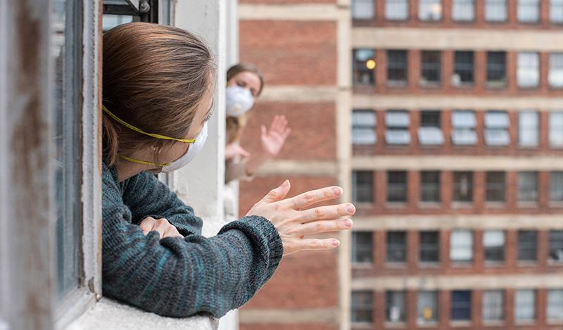 كورونا: وحدة مخيفة وقلق وتشرذم عائلي