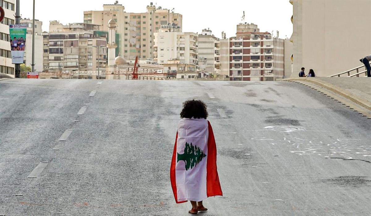 طفلة وعلم لبنان